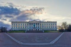 Panorama hermoso de Royal Palace con la estatua de rey K imágenes de archivo libres de regalías