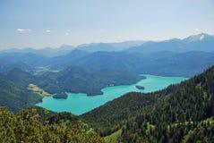 Panorama hermoso de Walchensee en las montañas bávaras Foto de archivo libre de regalías