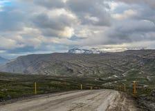 Panorama hermoso del paisaje con el camino en los fiordos del este de Islandia, Europa foto de archivo