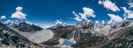 Panorama Het het Himalayagebergte en Gokyo-Meer stock foto's