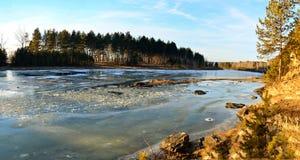 Panorama Het ijs bevriest in de herfst op de rivier Royalty-vrije Stock Afbeelding