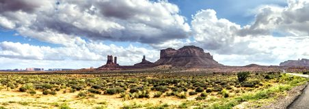 Panorama: Het toneelpanorama van de monumentenvallei op de weg de V.S. Hwy 163 - Arizona, AZ Royalty-vrije Stock Afbeelding