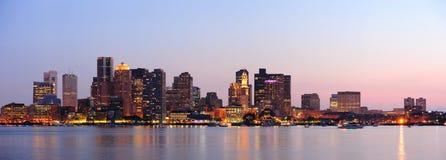 Panorama het van de binnenstad van Boston bij schemer Stock Afbeelding