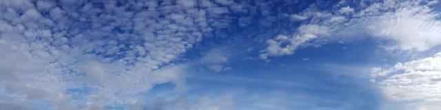 Panorama- himmel för vibrerande färg med molnet på en solig dag Fotografering för Bildbyråer