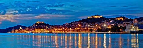 Panorama historique de soirée de bord de mer de Sibenik Photographie stock libre de droits