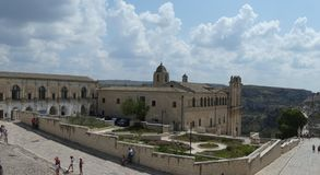 Panorama- historisk Matera stad i sydlig domkyrka för port för Italien Apulia Italia italiensk romantisk stadsvägg arkivfoton