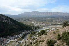 Panorama historyczny i odwiedzonego najwięcej miasta Berat z wierzchu wzgórza obraz royalty free