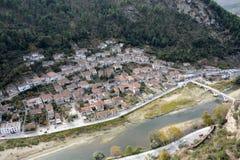Panorama historyczny i odwiedzonego najwięcej miasta Berat z wierzchu wzgórza zdjęcie royalty free