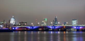 Panorama- horisont av London på natten Royaltyfria Foton