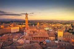 Panorama- horisont för Siena solnedgång Mangia torngränsmärke Tuscany, royaltyfri foto