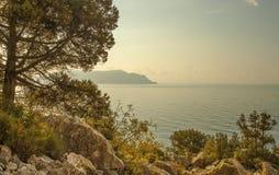 Panorama horisontalsikt av fjärden, Crimean berg med stenigt c royaltyfri bild