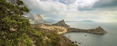 Panorama horisontalsikt av fjärden, Crimean berg med stenigt c royaltyfria bilder