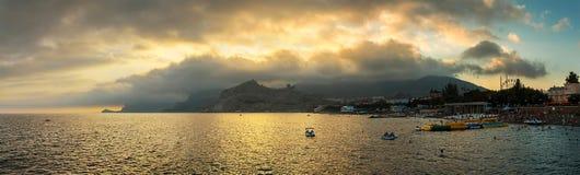 Panorama horisontalsikt av fjärden, strand, Crimean berg med fotografering för bildbyråer