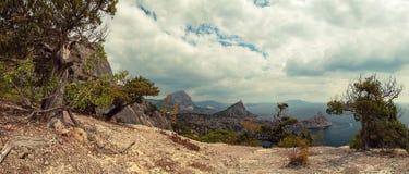 Panorama horisontalsikt av fjärden, vita moln, Crimean berg arkivbilder