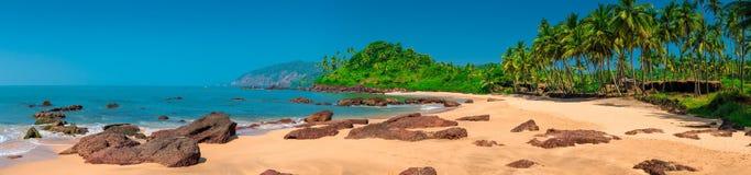 Panorama horizontal con vistas a la isla tropical Imagenes de archivo