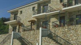Panorama horizontal de la casa de vacaciones de la albañilería en pueblo del centro turístico De la estación almacen de video