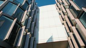 Panorama horizontal de la entrada al edificio moderno de la oficina de negocios en ciudad almacen de metraje de vídeo
