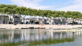 Panorama horizontal de los muelles del Loira en Orléans, una ciudad en Francia metrajes