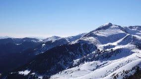 Panorama horizontal Mucha gente comienza a esquiar en una cuesta bien arreglada del esquí en una estación de esquí El sol está br metrajes