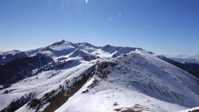 Panorama horizontal Mucha gente comienza a esquiar en una cuesta bien arreglada del esquí en una estación de esquí El sol está br almacen de video