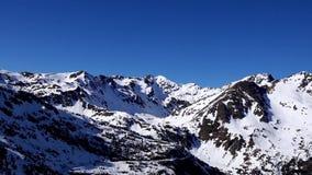 Panorama horizontal Mucha gente comienza a esquiar en una cuesta bien arreglada del esquí en una estación de esquí El sol está br almacen de metraje de vídeo