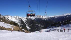 Panorama horizontal Muitos povos começam esquiar em uma inclinação bem arrumado do esqui em uma estância de esqui O sol está bril video estoque