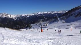 Panorama horizontal Muitos povos começam esquiar em uma inclinação bem arrumado do esqui em uma estância de esqui O sol está bril vídeos de arquivo