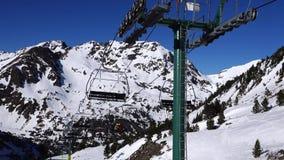 Panorama horizontal Muitos povos começam esquiar em uma inclinação bem arrumado do esqui em uma estância de esqui O sol está bril filme