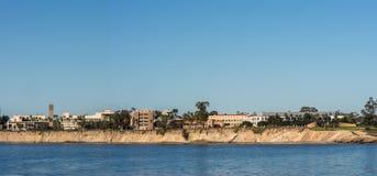Panorama, horizonte del UCSB visto de enfrente de la bahía de Goleta, California Imagen de archivo libre de regalías