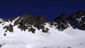 Panorama horyzontalna Wiele ludzie zaczynają narciarstwo na przygotowywającym narciarskim skłonie przy ośrodkiem narciarskim Słoń zbiory wideo