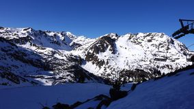 Panorama horyzontalna Wiele ludzie zaczynają narciarstwo na przygotowywającym narciarskim skłonie przy ośrodkiem narciarskim Słoń zdjęcie wideo