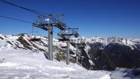 Panorama horyzontalna Wiele ludzie zaczynają narciarstwo na przygotowywającym narciarskim skłonie przy ośrodkiem narciarskim Słoń zbiory