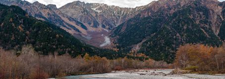 Panorama Hotaka bergskedja i höst fotografering för bildbyråer