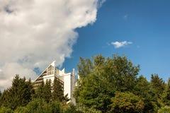 Panorama-hotel Oberhof en blauwe hemel stock afbeeldingen