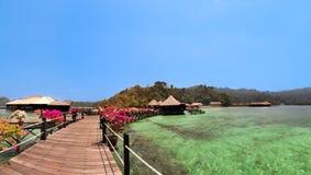 Panorama- härlig sikt av overwaterbungalower i semesterort Royaltyfri Fotografi