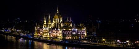 Panorama hungarian parlament przy nocą Zdjęcia Royalty Free