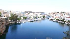Panorama icônico da arquitetura da cidade de Agios Nikolaos Crete filme