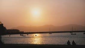 Panorama idílico de la puesta del sol del verano del embarcadero romántico soleado de San Francisco con los barcos y los turistas almacen de video
