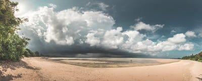 Panorama imponente de la playa del paraíso de los pares que caminan en la playa mientras que está subiendo una tormenta enorme, N Fotos de archivo
