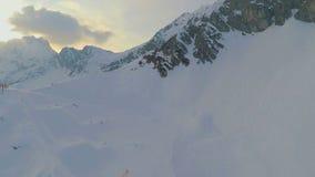 Panorama impresionante del pico de montaña nevoso, estación de esquí popular, montañas austríacas almacen de video