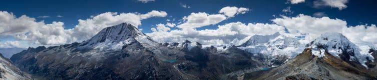 Panorama impressionante do BLANCA de Cordilheira no Peru foto de stock