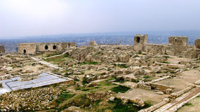 Panorama innerhalb Aleppos ruinierte Zitadelle, Syrien lizenzfreies stockbild