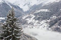 Panorama innevato della montagna Immagini Stock Libere da Diritti