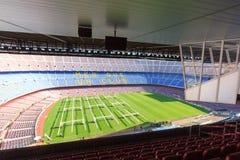 Panorama interior de Camp Nou del estadio de fútbol con el campo de hierba, los soportes y las cajas de los comentaristas en Barc Imagenes de archivo
