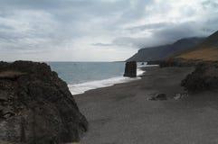 Panorama islandés de la línea de la playa Foto de archivo