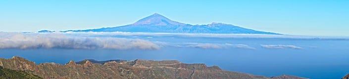 Panorama: Isole sopra le nuvole immagini stock libere da diritti