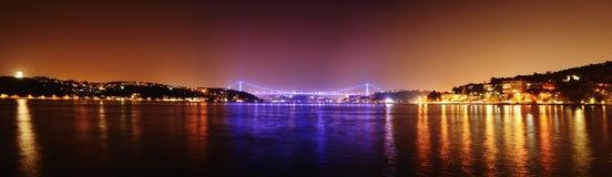 Panorama- Istanbul Bosporus broar på natten, Istanbul, Turkiet Fotografering för Bildbyråer