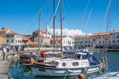 Panorama Izola des alten Fischereihafens mit traditionellen Fischerbooten und der alten mittelalterlichen Stadt Stockfoto