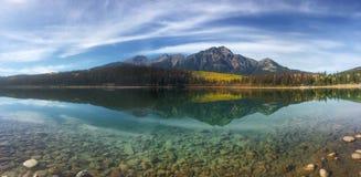 Panorama jesieni osiki odbijał w Skalistych górach Fotografia Royalty Free
