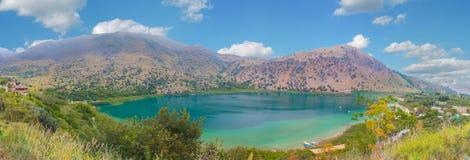 Panorama Jeziorny Kournas przy Grecja, Crete wyspa zdjęcia royalty free